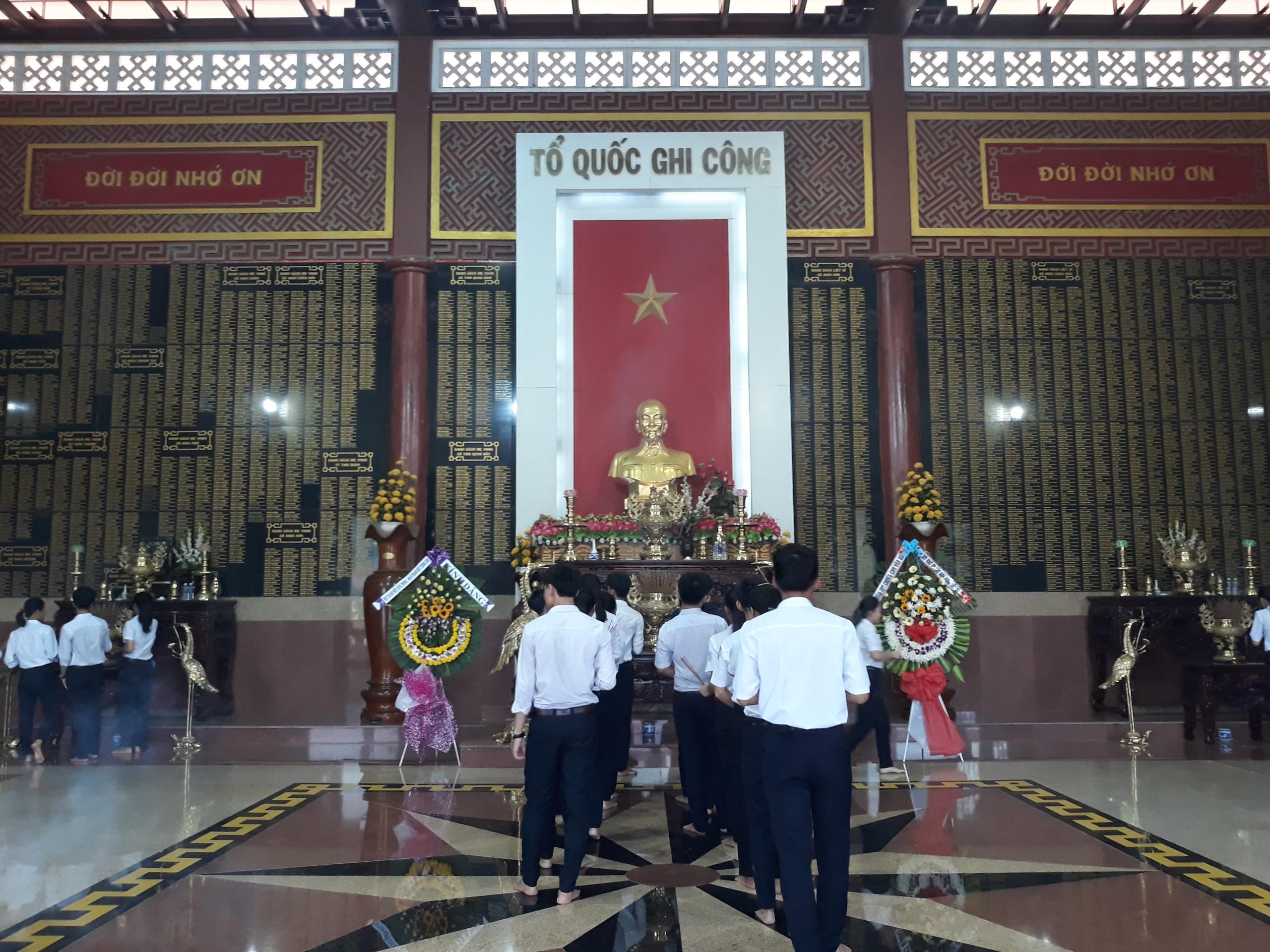 Buổi dâng hương tưởng niệm các anh hùng liệt sĩ tại Đền thờ liệt sĩ huyện Hoài Nhơn