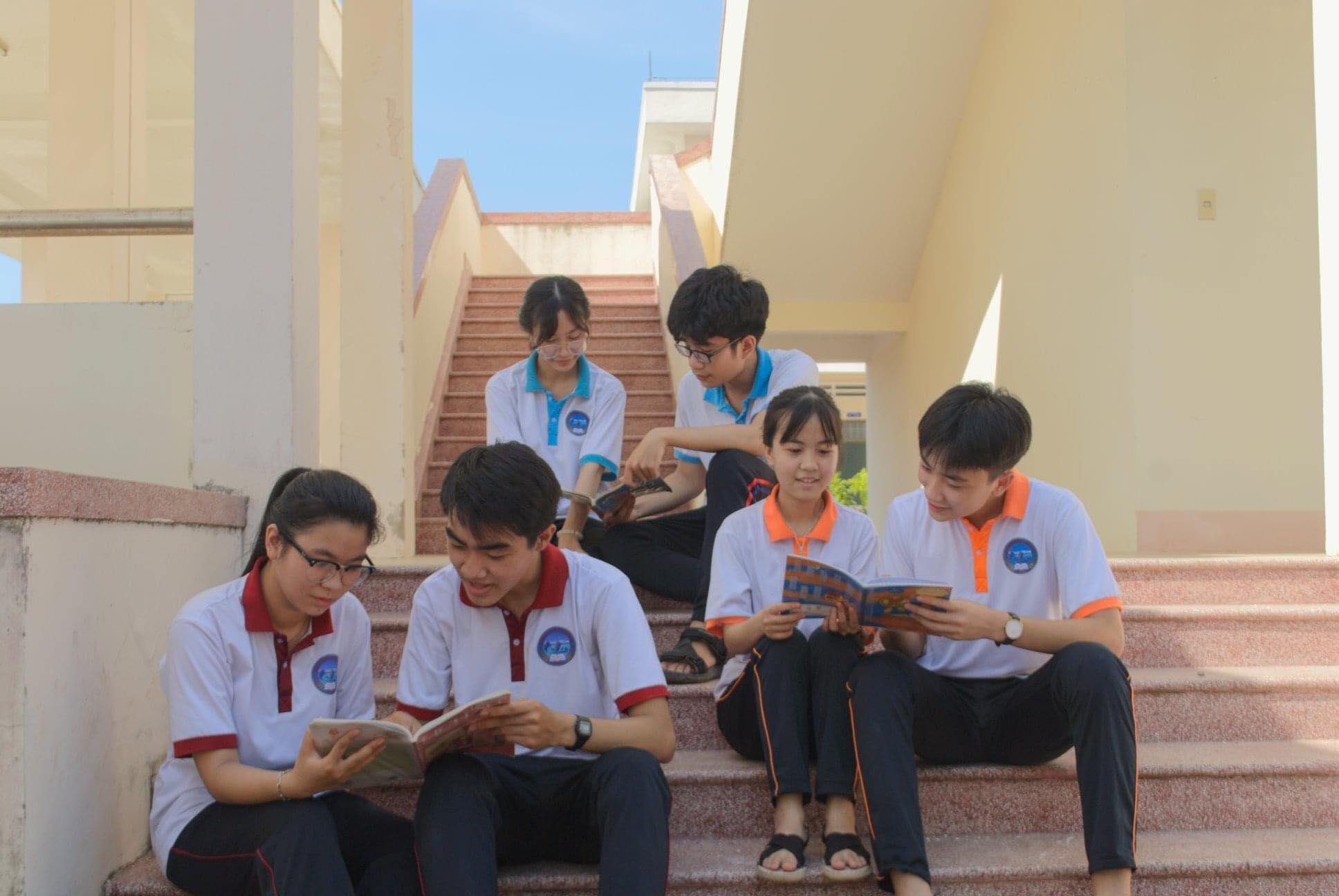 Chúc mừng 100% học sinh chuyên Chu Văn An khóa 1 đã tốt nghiệp.